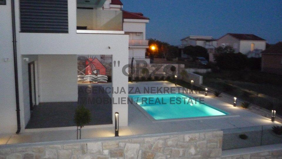 POVLJANA-Luksuzna moderna vila s bazenom
